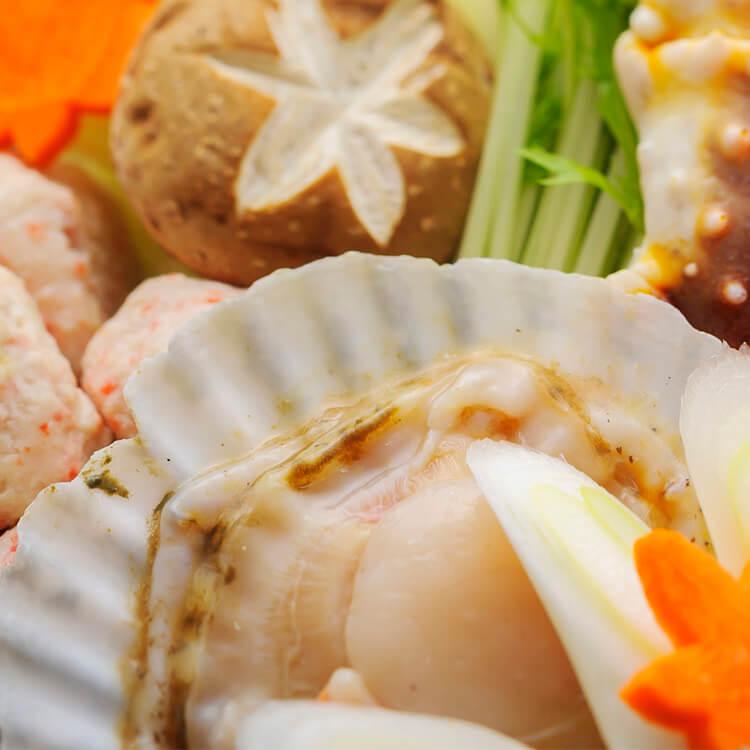 『圓滿』:有金幣、有寶貝,再來個圓上加圓,圓圓滿滿。【帆立貝肉 × 6 顆】帆立貝是貝類中較大、品質上選的品種。日本生食級干貝即是採自帆立貝,以生食等級的處理過程生產,僅保留貝柱的部分。而帆立貝肉則只經去殼,其餘可食部分完整保留。比起『干貝』,完整的帆立貝肉能帶來更濃醇豐厚的鮮甜味。彈牙略脆的貝唇、貝肉包覆著貝柱,在口感上層次更加豐富而完整。