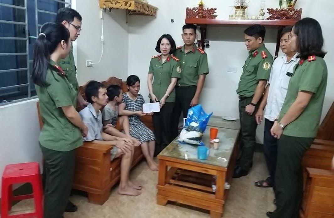 Phòng Quản lý xuất nhập cảnh thăm, tặng quà gia đình có hoàn cảnh đặc biệt khó khăn