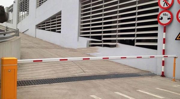 Thanh chắn xe tự động được lắp đặt ở các bãi trông xe