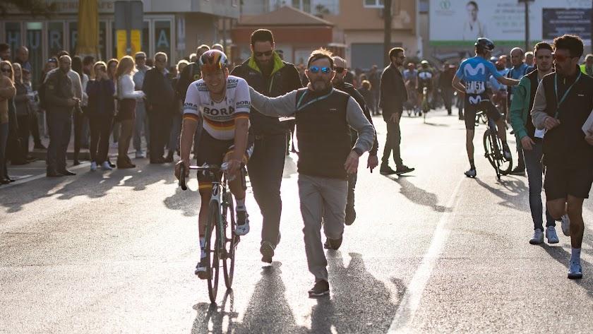 El ganador de la pasada edición camino del podio.