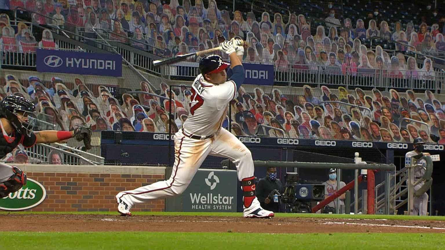 Un jugador de béisbol con espectadores en las gradas  Descripción generada automáticamente