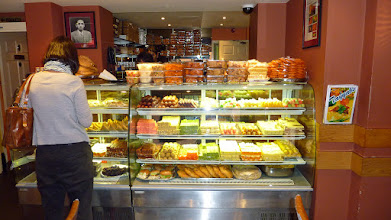 Photo: Skvělá pakistánská kuchyně (restaurace se nachází kousek od Brick Lane, nedaleko zastávky metra Whitechapel). Více najdete na stránkách restaurace http://www.tayyabs.co.uk. // Můžete si tam koupit i spoustu pakistánských sladkostí.