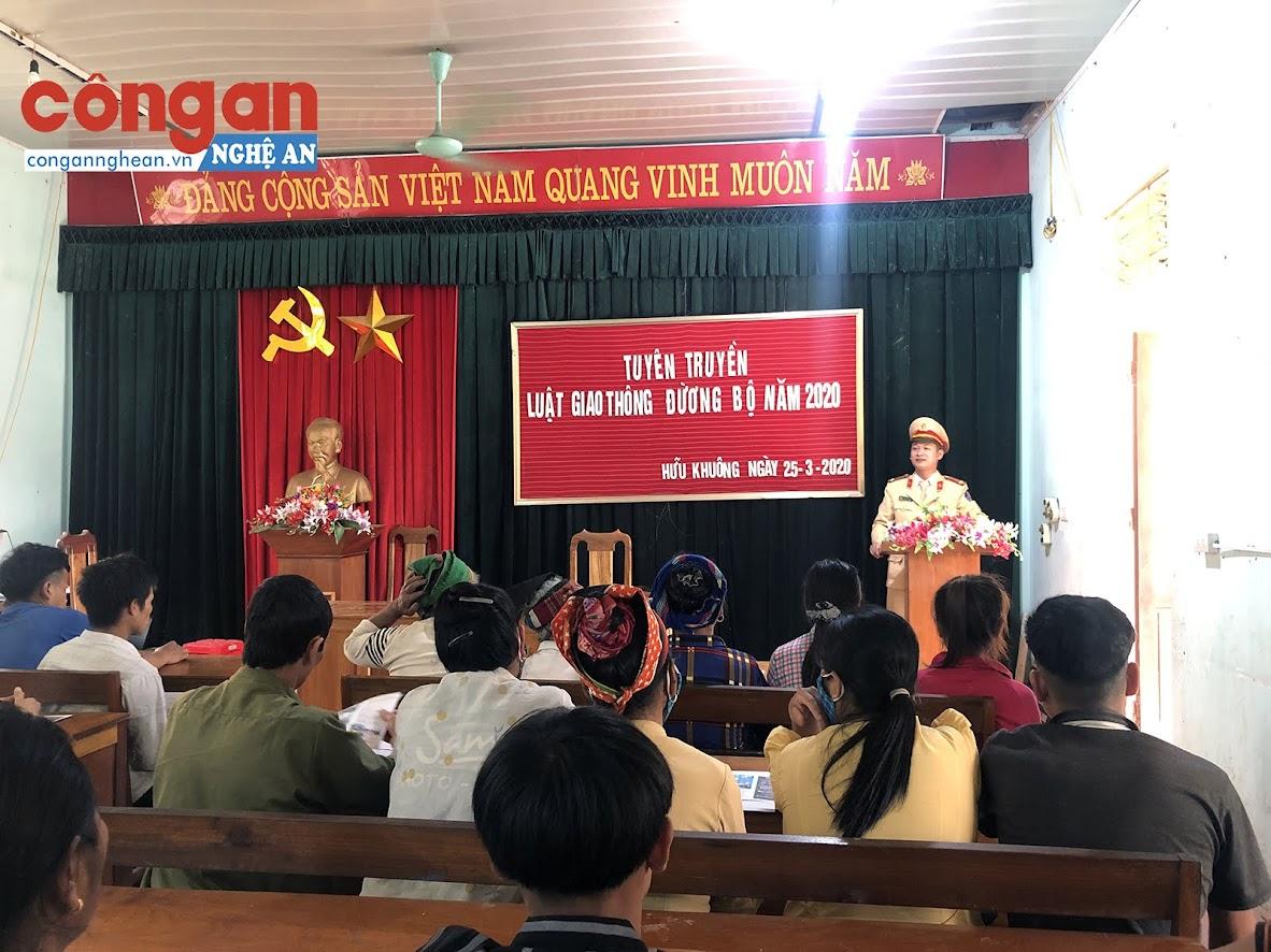 Cán bộ Cảnh sát giao thông Công an huyện Tương Dương tuyên truyền về Luật Giao thông đường bộ.