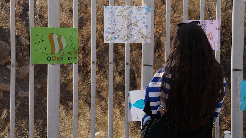 Una chica observando algunos de los dibujos