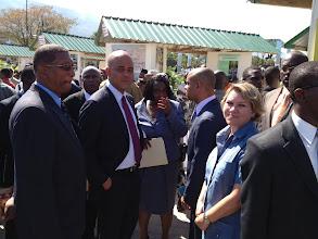 Photo: L'Ambassadeur de Suisse Madame Edita Vokral avec le Président Michel Joseph Martelly et Claude Prepetit, ingénieur au bureau des Mines.