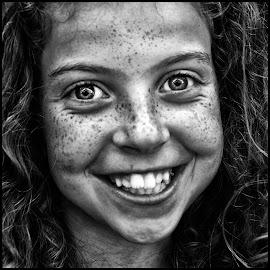 Zomersproetjes by Etienne Chalmet - Black & White Portraits & People ( black and white, street, children, people, portrait )