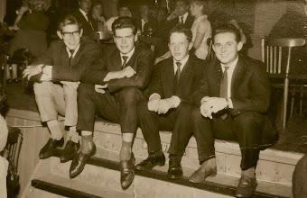 Photo: v.l.n.r. Albert (Appie) Strijk, Geert Hilbrands, Geert Niemeijer en Henk Leiting. Dansen in café Boelens in Annen.