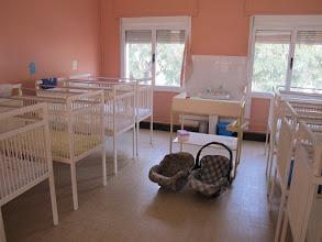 Photo: Sn3S0026-Dakar Pouponnière, nursery, chambrée, lits de bébés avec table à langer IMG_1354