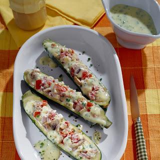 Gefüllte Zucchini auf Schmelztomaten