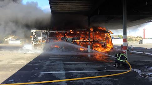 El autobús incendiado quedó totalmente calcinado.