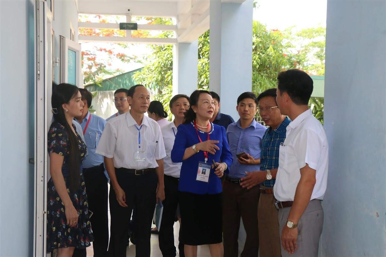 Thứ trưởng Bộ GD&ĐT Nguyễn Thị Nghĩa cùng các thành viên  trong Đoàn công tác đã đến khảo sát, kiểm tra thực tế công tác chuẩn bị thi  tại Trường THPT Dân tộc nội trú 2