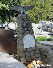 Photo: Cmentarz św. Franciszka w Łodzi. Pomnik nad grobem Anatoliusza Zenona Jaworskiego, (ur.  dnia 9 lipca 1912 r., zmarłego dnia 10 maja 1933 r.) w formie ostro-słupowej skały-obelisku, na której szczycie umieszczona jest rzeźba orła wznoszącego się do lotu. Na frontowej ścianie przytwierdzona jest tablica inskrypcyjna z białego marmuru. Pomnik jest stylistycznie i formalnie bardzo zbieżny z pomnikiem nad grobem Leona Tochtermanna, znajdującym się w ewangelickiej części łódzkiego Cmentarza Starego przy ul. Ogrodowej, zob. zdjęcie >>> https://picasaweb.google.com/boguslawster/CmentarzStaryWOdziCzescEwangelicka#5200976177230886706