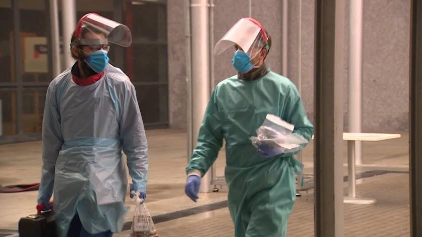Sanitarios cargan muestras de los test a pacientes.