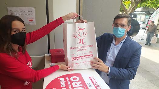 Sánchez Teruel comprando una bolsa solidaria.
