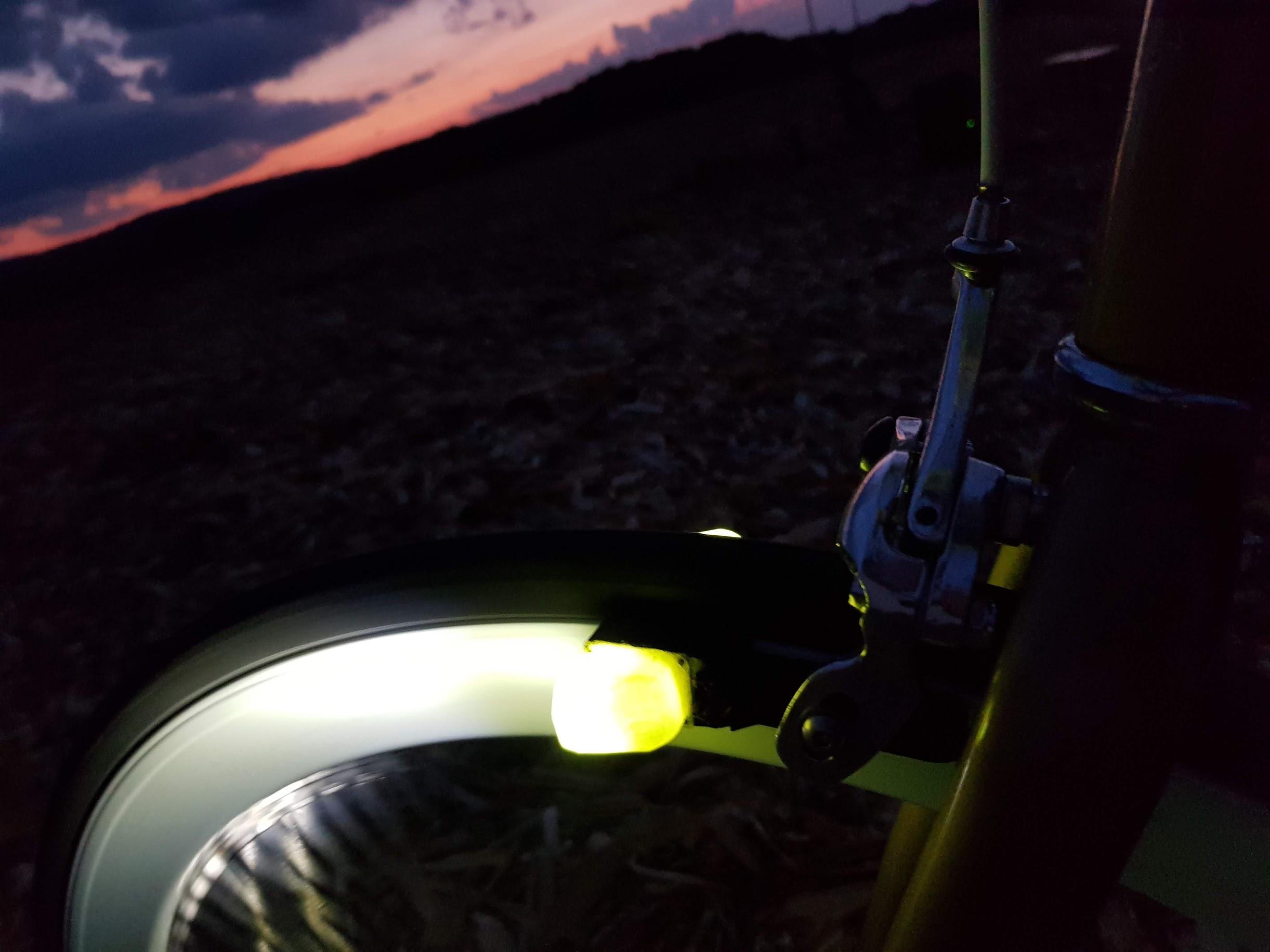 バッテリーやダイナモがなくても明るく点灯する自転車用LEDライト「Magnic Microlights」