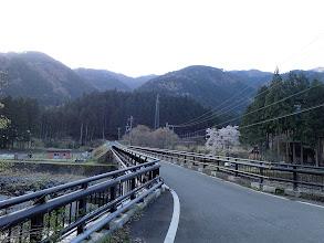 栃生橋を渡りバス停へ