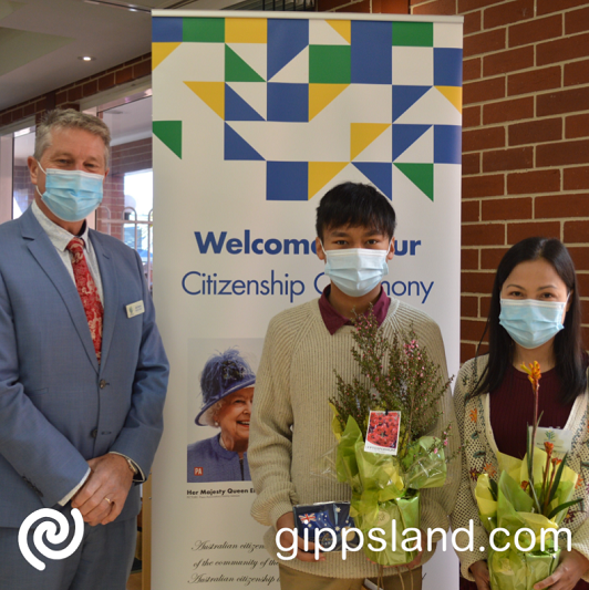 Our Deputy Mayor, Cr Mark Reeves welcomes our newest citizens, Pornsiri Robertson and Chaipat Murika