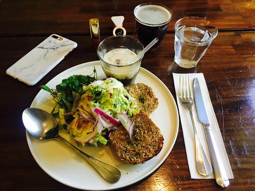餐點很不錯 氣氛佳 酪梨prawn(蝦)三明治佐手搖沙拉 滿特別的 因為當天去剩一分 份所以就點點看   漁夫海鮮 沒有生菜 花椰菜有點大朵沒切 普普  有一個忘記名字的大香菇 很好吃 香菇很大朵 口