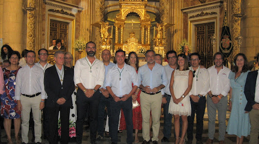 Tras los dominicos y la Hermandad, los políticos depositaron su ofrenda a los pies de la Patrona.