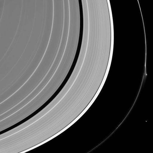 El anillo F de Saturno Sufre Una Misteriosa Interrupción Brillante ¿Un OVNI?