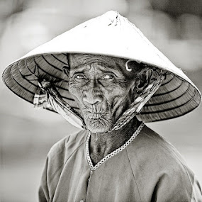 Vietnamese Fisher by Thomas Jeppesen - People Portraits of Men ( b&w, monochrome, thomasjeppesen, black and white, woman, bw, vietnamese, vietnam, subsignal, photography, portrait )
