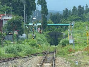 Photo: 谷底に落ちるような線路の先。