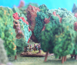 Photo: Nativi americani, alleati dei francesi, avanzano verso l'ala sinistra inglese. Miniature Baccus, materiale scenico autocostruito.