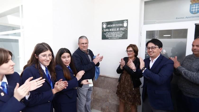 Autoridades políticas en la inauguración de la Asociación Cultural Banda de Música de Fines.