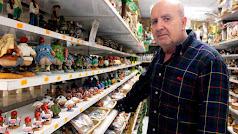 Andrés Felices Blanes lleva 40 años montando su gran Belén  en los escaparates y estanterías de su tienda.