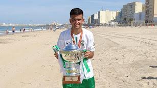 Juan Salvador Rojas, en la playa de Cádiz, con la copa.