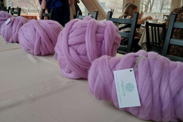 Картинки по запросу вязание с помощью рук пледа крупной вязки