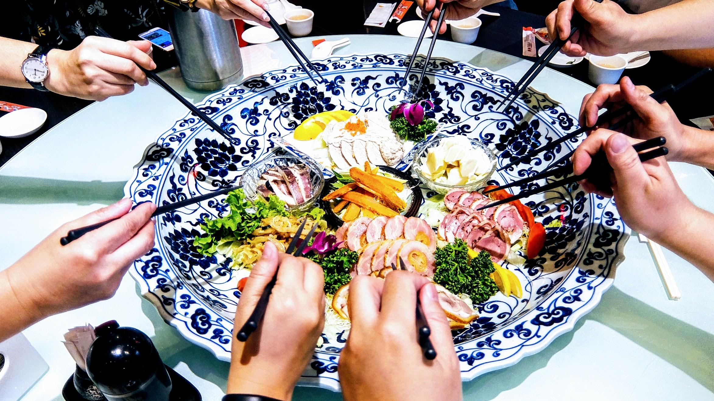 日式版前綜合盛物,有烏魚子/竹筍/海蜇皮/魚卵等料理,重點是盤子有夠巨大的啊! 一整個圓桌就擺滿了...