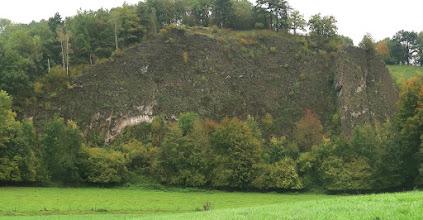 Photo: Au pied de ces roches, l'Ourthe y formait un méandre ; il y a longtemps  (parait-il !). Maintenant elle coule 40 m plus bas.
