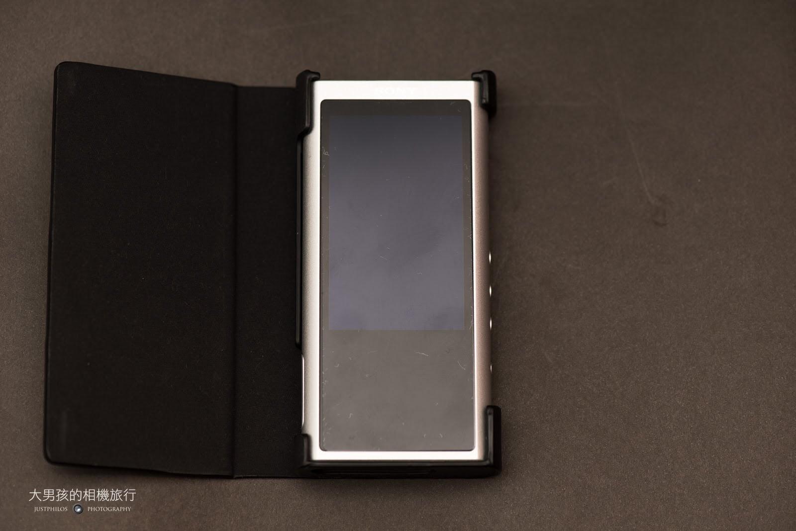 如果怕ZX-300不小心碰撞損傷,Sony也有客製的皮製外殼,相當堅固與有質感。