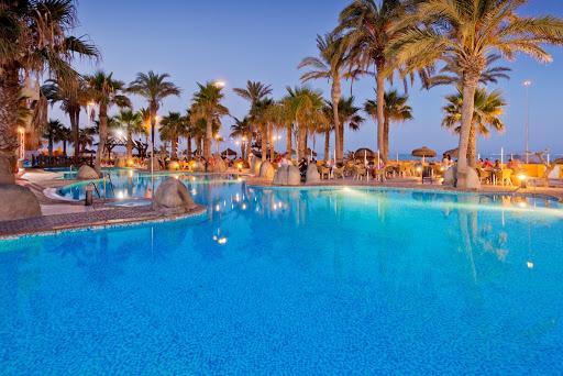 Zona de jardín y beach club Eva