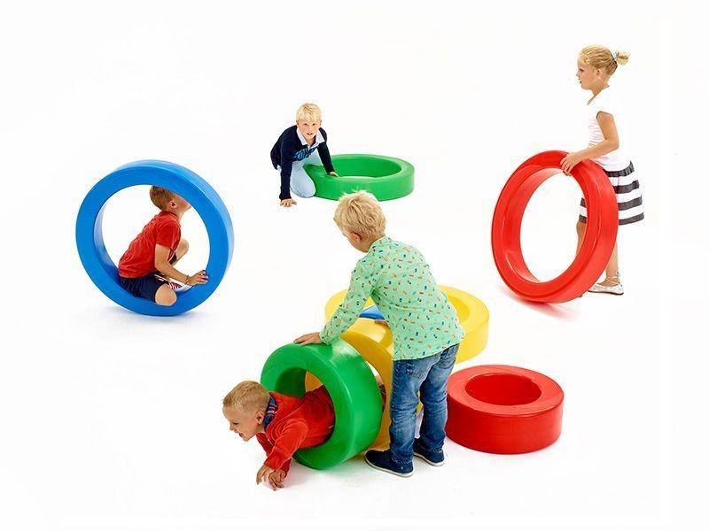 Eenvoudige vormen, die de kinderen op alle mogelijke manieren doen bewegen op school: da's Amuroll. Behendigheid, evenwicht, wedloop, geheugenspel, pedagogie, gezondheid, zetel, tunnel, hinkelspel,… Afhankelijk van de opstelling is elk spel weer anders en nieuw.