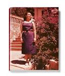 rode foto van een vrouw in een tuin