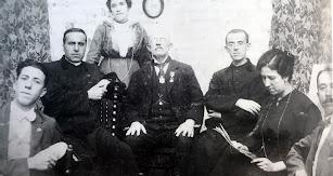 El profesor rodeado de su familia en su casa de María.