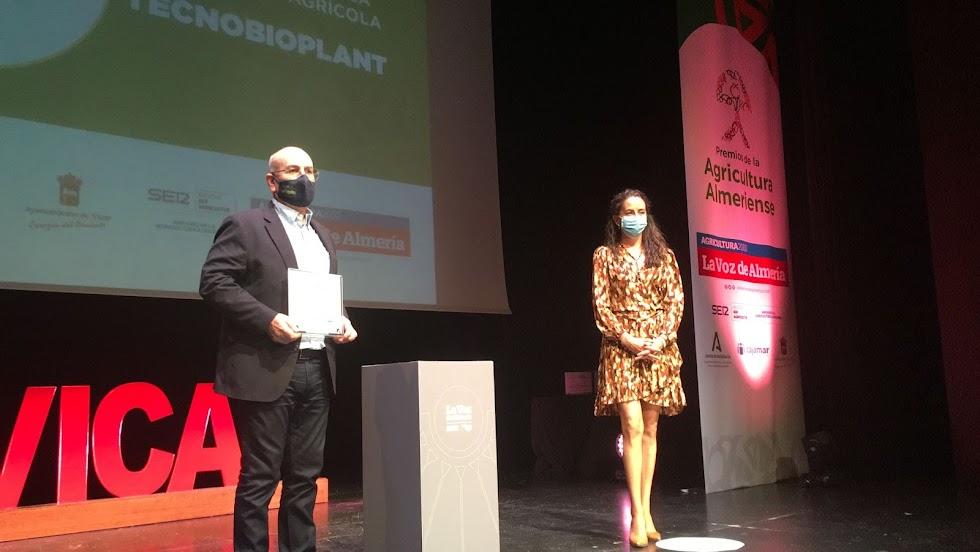 El Premio al Compromiso con la Producción Ecológica va a parar a Tecnobioplant. Recoge Fernando De la Torre, director.