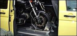 Photo: Daniel Newina Motorrad Sicherer Stand. Motorrad Wippe. 2 x Ducati in Quick Stand II Profi T5 Multivan. Hallo, nach der tollen Beratung und den immer schnellen e-mail Antworten und nachdem ich mit den Quickstand Halterungen auch voll zufrieden bin, habe ich mir gedacht, das ich mal ein paar Bilder von 2 Ducatis im neuen VW T5 schicke. Sie passen Tatsächlich rein, auch wenn`s eng ist! Ich hoffe die Bilder gefallen. Übrigens, weiter so, ich habe Sie auch schon mehrfach weiterempfohlen. Liebe Grüße Daniel Newina