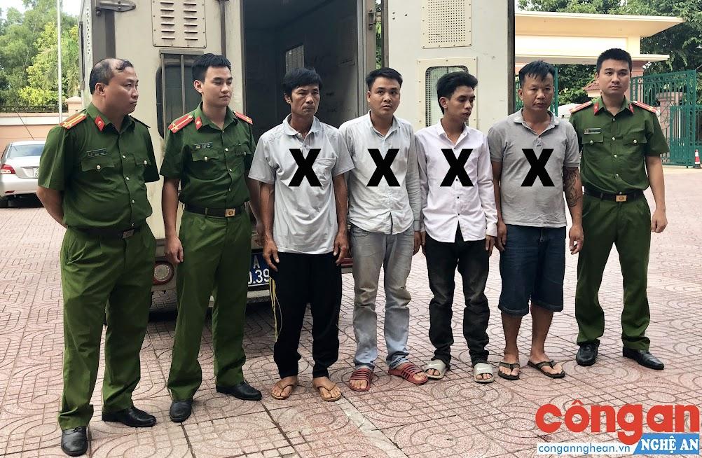 4 đối tượng truy nã (X) được lực lượng Cảnh sát Hình sự dẫn giải về trụ sở Cơ quan CSĐT Công an Nghệ An