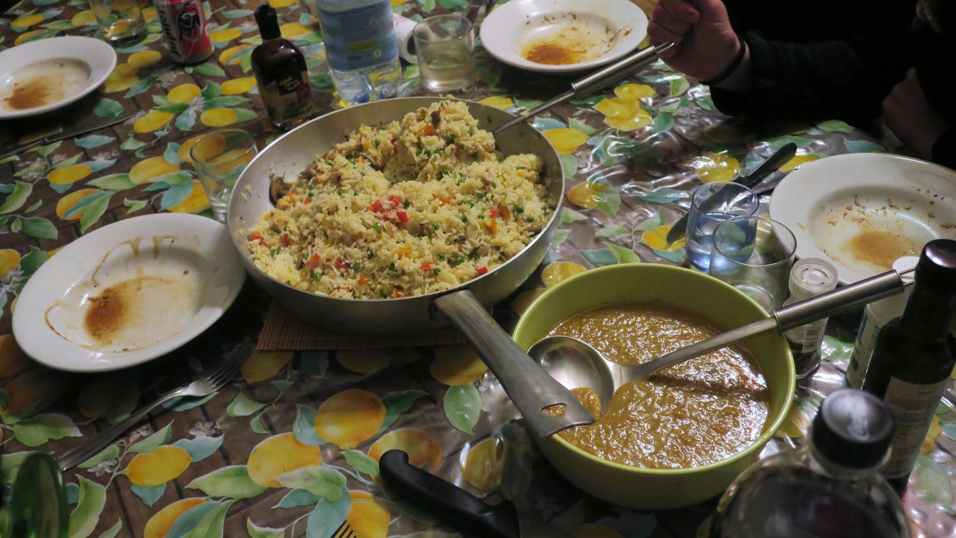 Chinese rijstschotel met groentjes, kip, scampi en currysaus (Le petit requin)