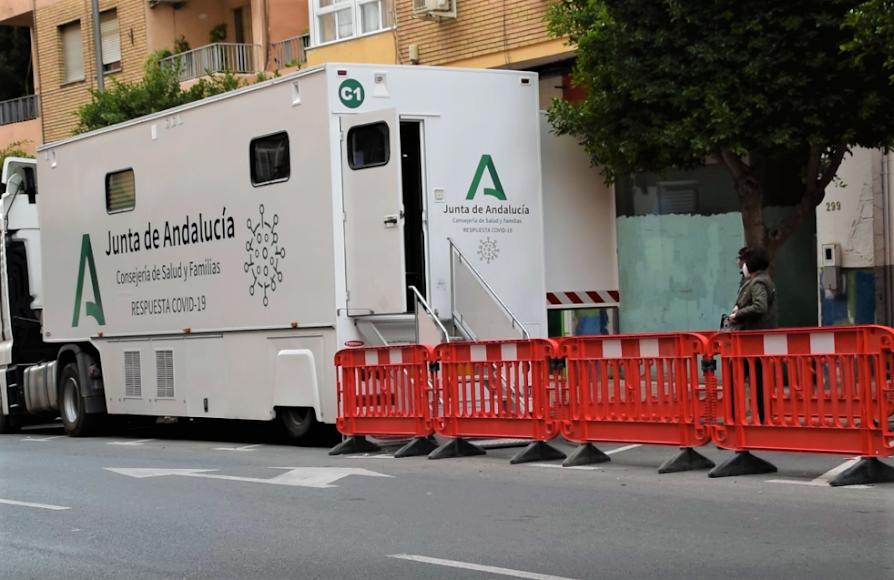 Unidad móvil para cribados de Covid-19 situada en la calle Granada.