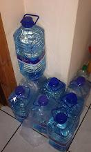 """Photo: Cały czas rozpatrujemy mozliwość zastąpienia wody supermaketowej odpowiednikiem z """"lokalnego"""" ujęcia. Ponieważ kranówka raczej nie wchodzi w grę (niby ze studni, ale ze ma chyba zbyt wapienny charakter), lada moment będziemy szukać w okolicy jakiegoś ujęcia źródlanego. Na razie kolekcjonujemy puste butelki :D"""