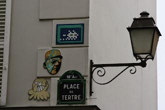 Photo: Street art - Space invaders (en haut) -Mister P - Gz'Up -Paris XVIIIe - Place du Tertre - Montmartre