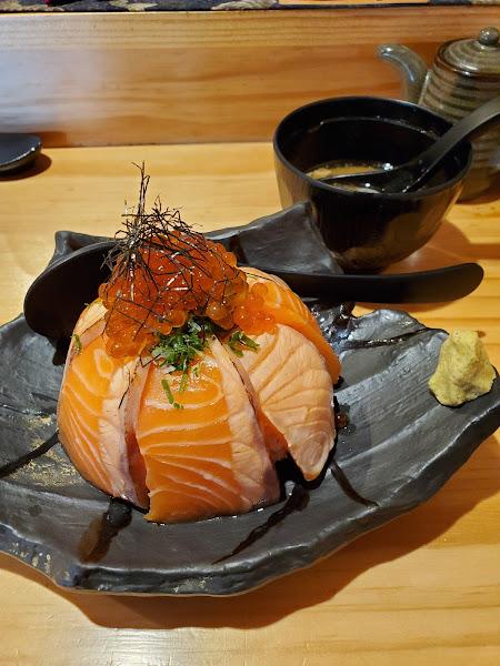 握壽司單點的價位偏貴, 可能是要讓你點套餐的鋪路, 味道很鮮,不以距離跟價位來看的話值得一吃! 丼飯點鮭魚親子丼,價格可接受。 親子鮭魚丼的部份也弄了一點噱頭, 仔細看的話上面擺放的部份是 生魚=>微