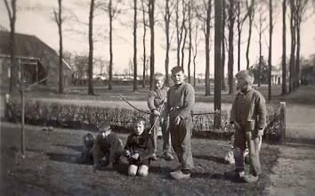 Photo: Staand: Harm Lanjouw, Berend Raterink en Jan Raterink. Zittend: Evert Mennega en Harm Jan Lanjouw