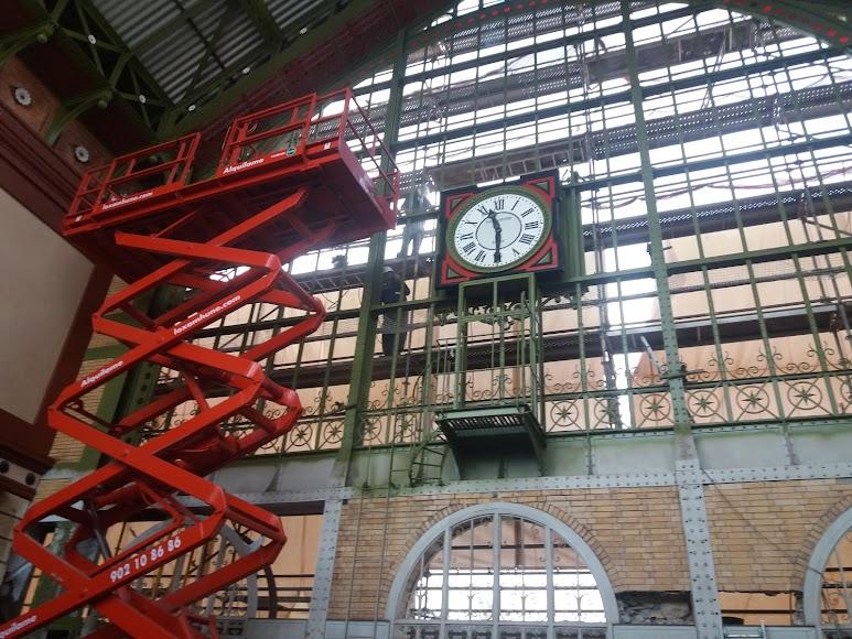 El antiguo reloj ya está en el edificio