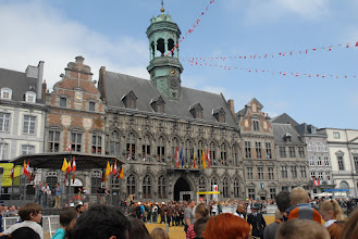 Photo: La façade de l'hôtel de ville, toute pavoisée .