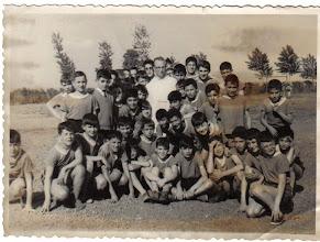 """Photo: Veo a Vicente, José Antonio, Pedro López Llorente.....   Javier del Vigo, Villamil,   Fresno,   ¿El de corbata puede ser José Manuel Bandera? Jesús Fresno está sentado, delante, en el centro del grupo, sonriente, con calzado oscuro. Junto al dominico, por la derecha, compa de Cistierna, que se fue del cole en 5. ¿Quien aporta su nombre? Efectivamente, a la derecha, con la mano """"allí"""", Villaamil. Por la izquierda, el 5º agachado, Valero; quien está a su izquierda, agachado, es José Antonio Fernandez? ... Joer, cara muy familiares, pero nombres muy escondidos en la memoria... Que alguien dé más...!!"""
